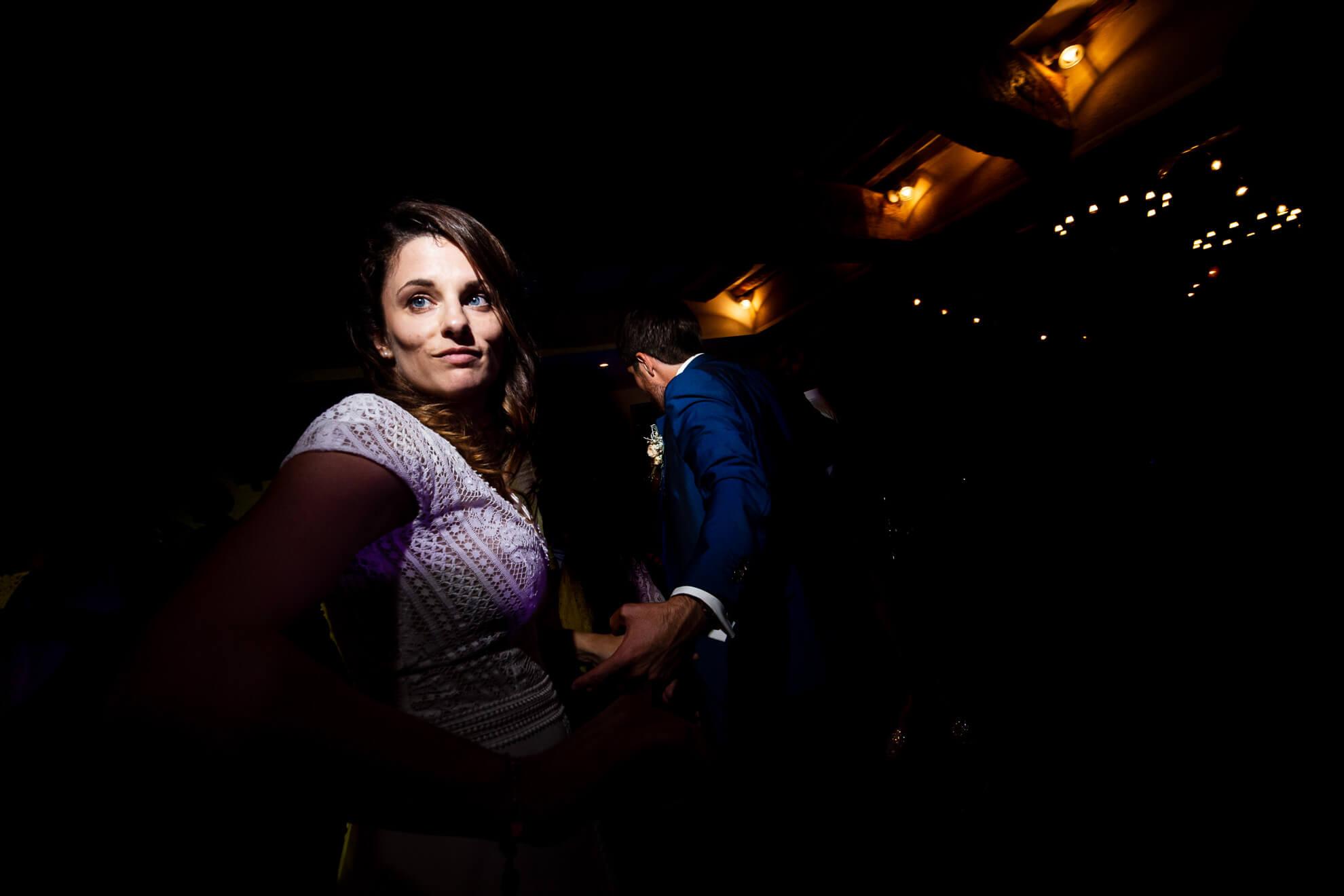 Mariés dansant à la soirée de mariage