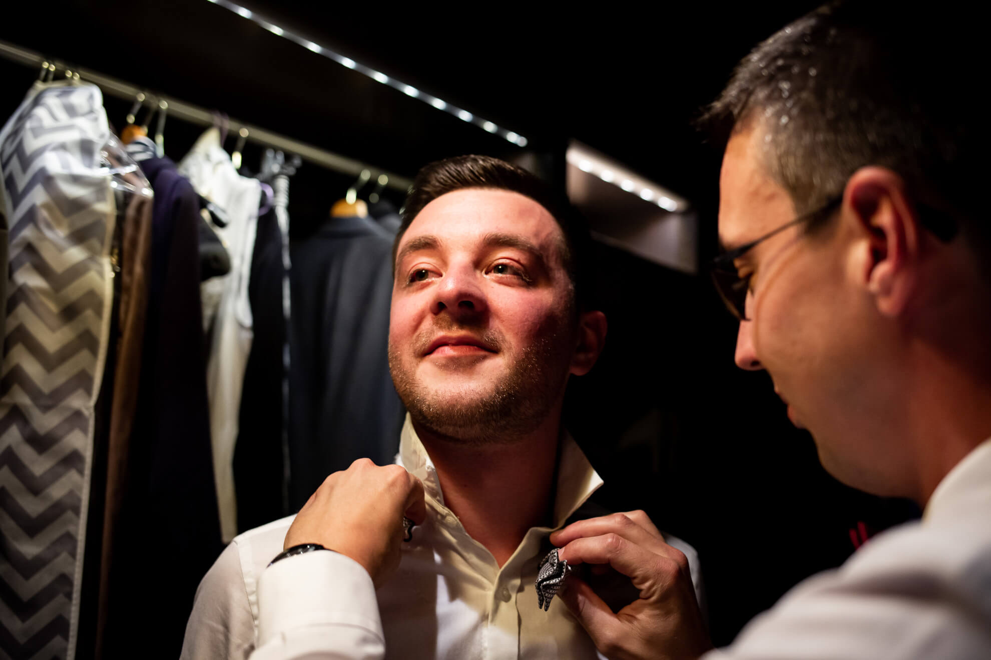 Témoin ajustant le noeud papillon du futur marié