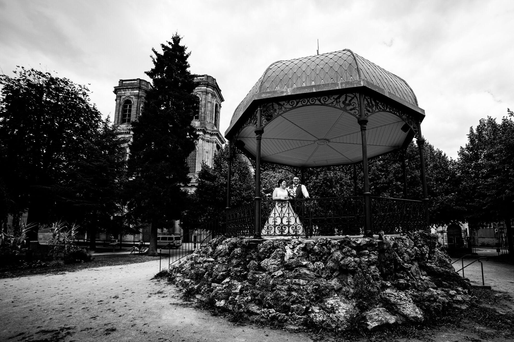 Mariés posant devant la Cathédrale de Langres
