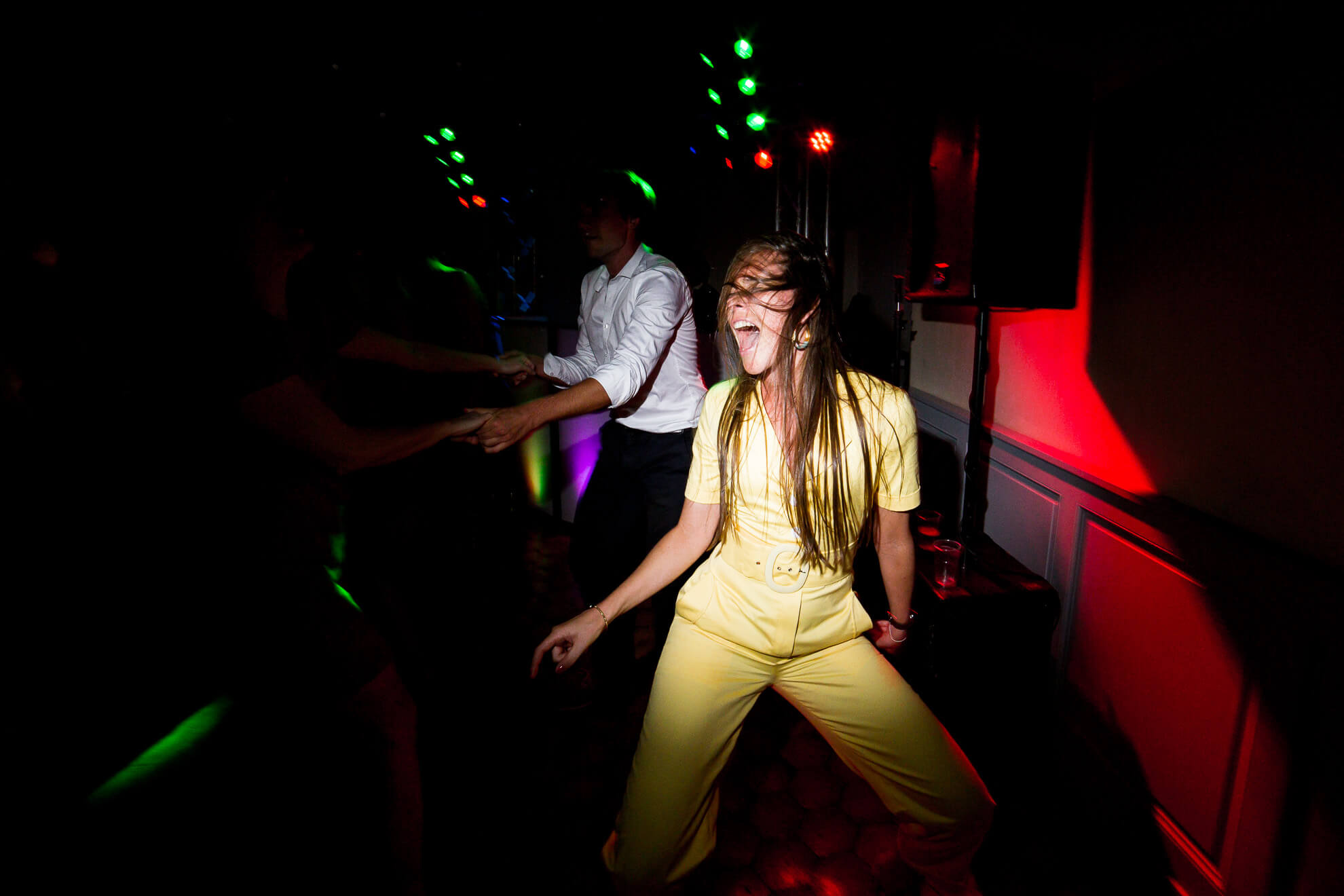 Invitée dansant à fond à une soirée de mariage