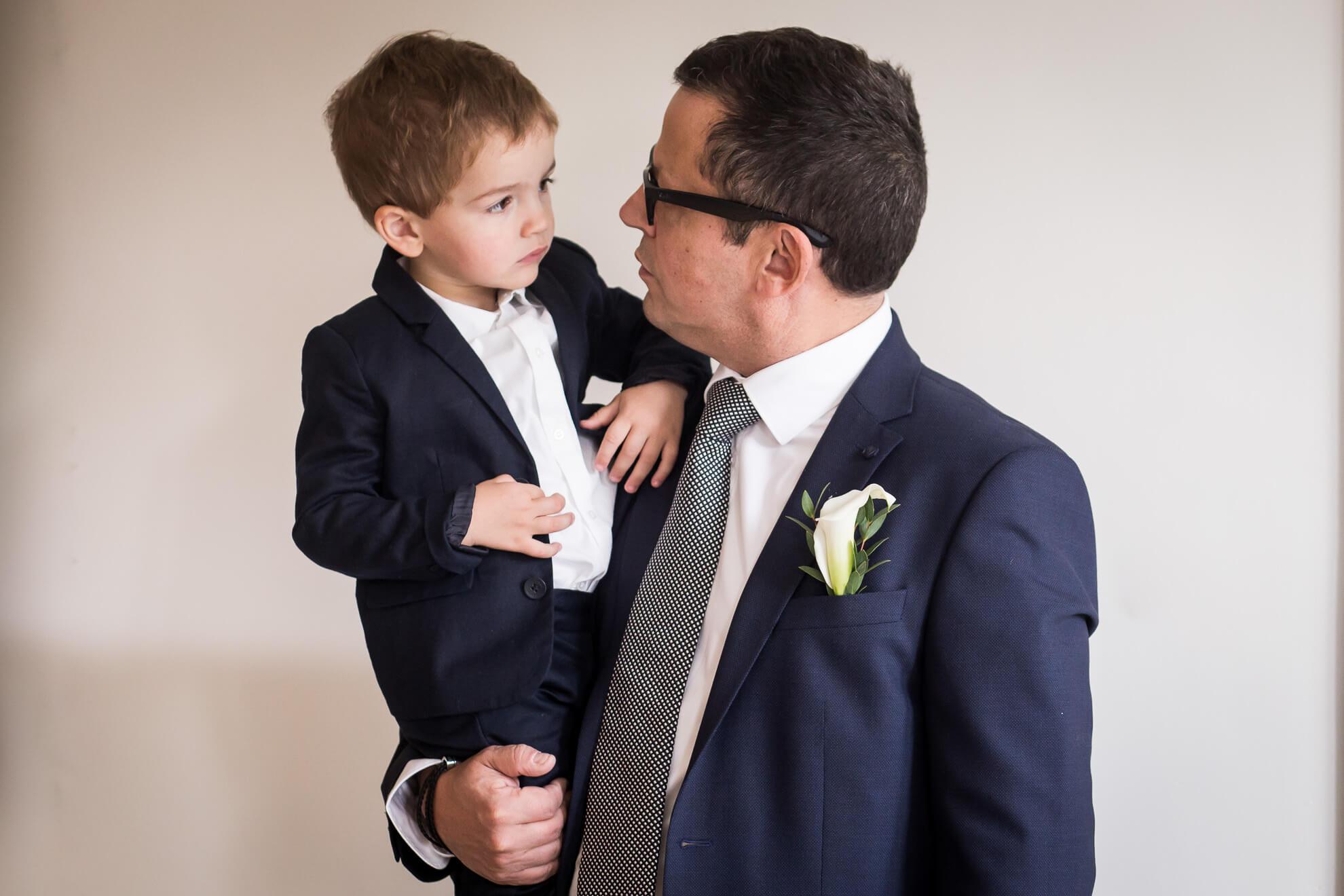 Futur marié tenant son fils dans le bras