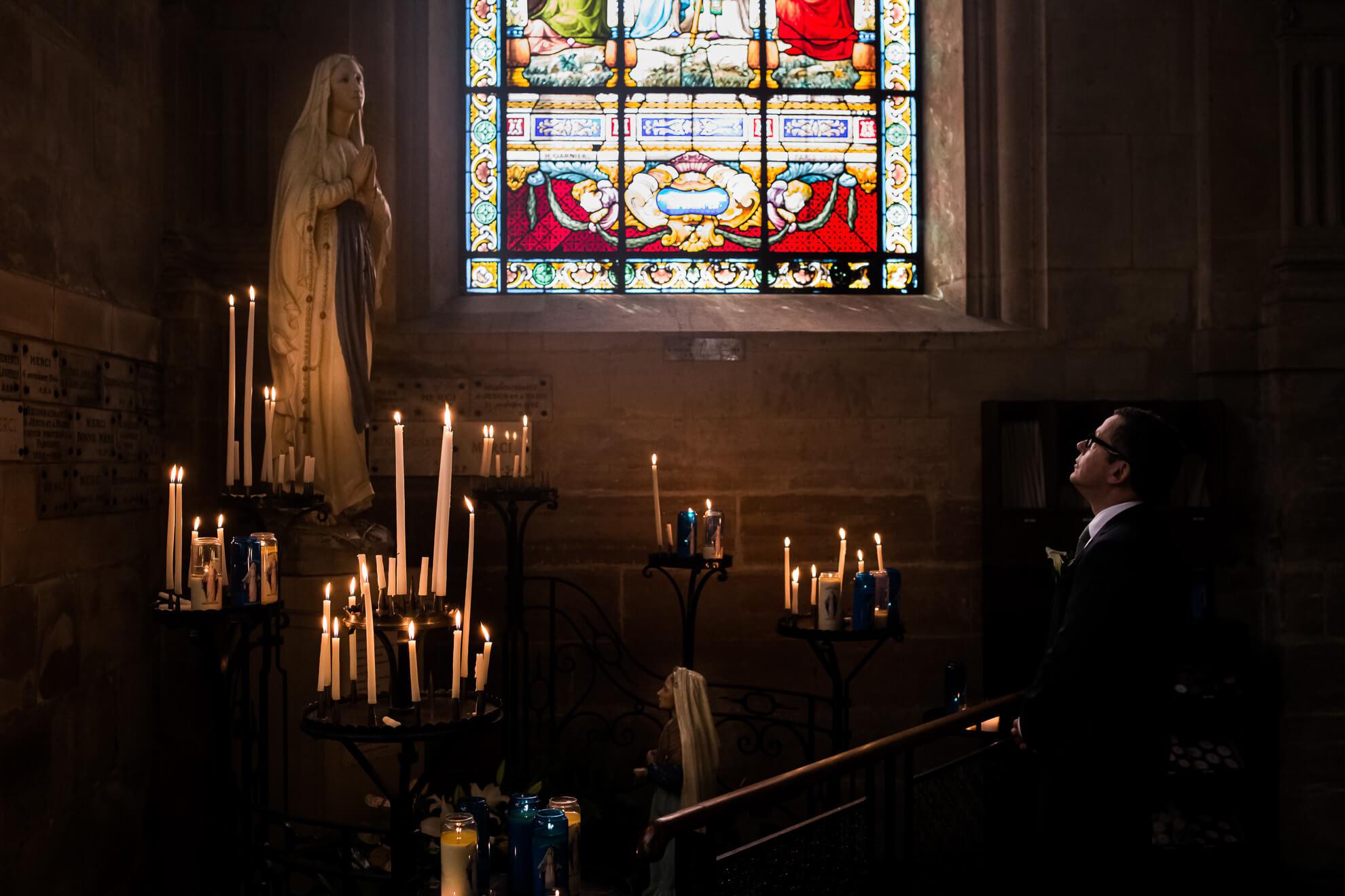 Futur marié se recueillant devant la Vierge Marie