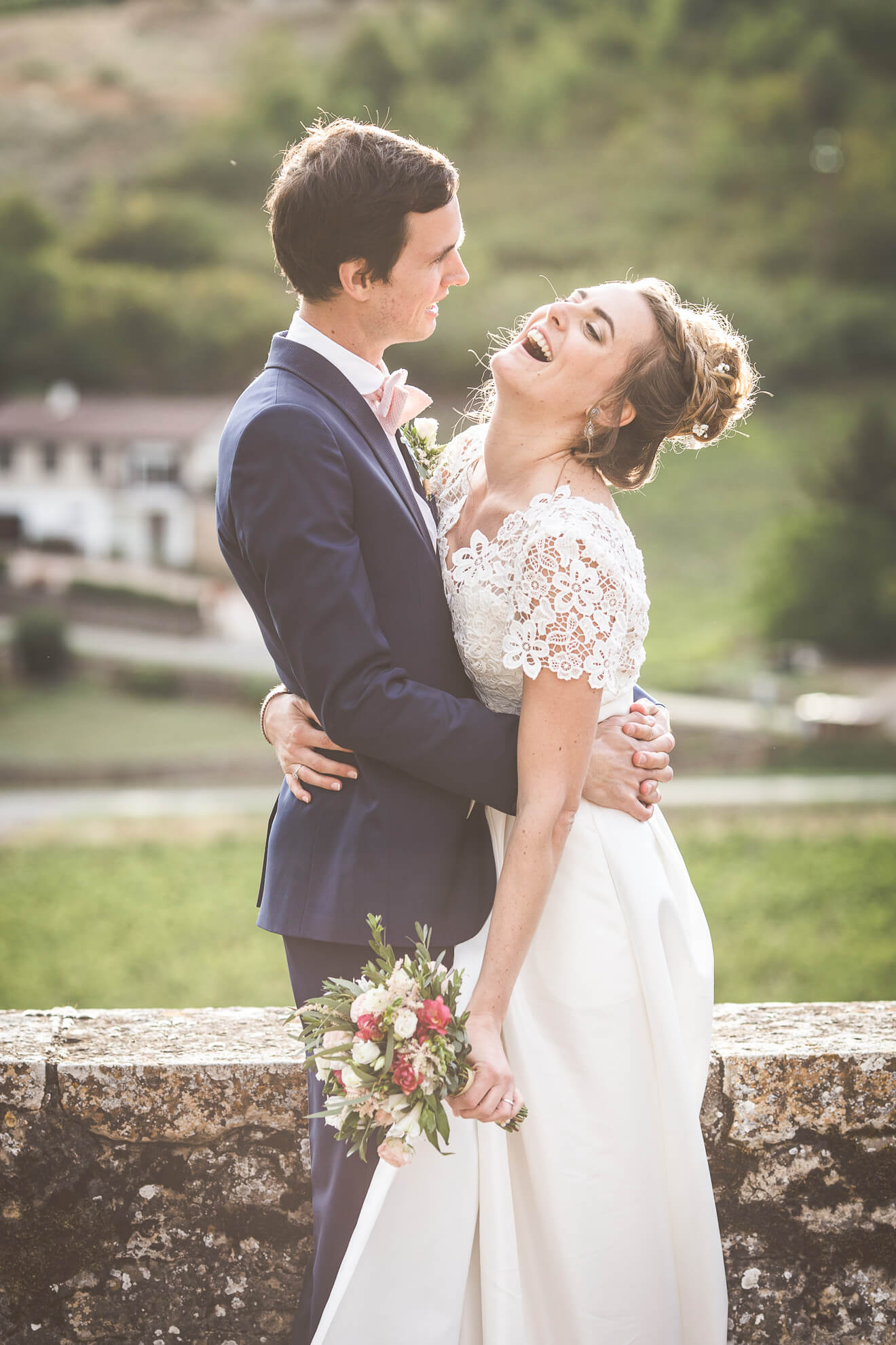Couple de mariés posant devant une belle lumière