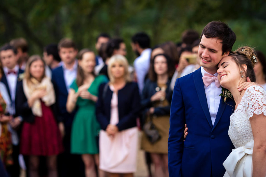 Mariés profitant du moment devant leurs invités