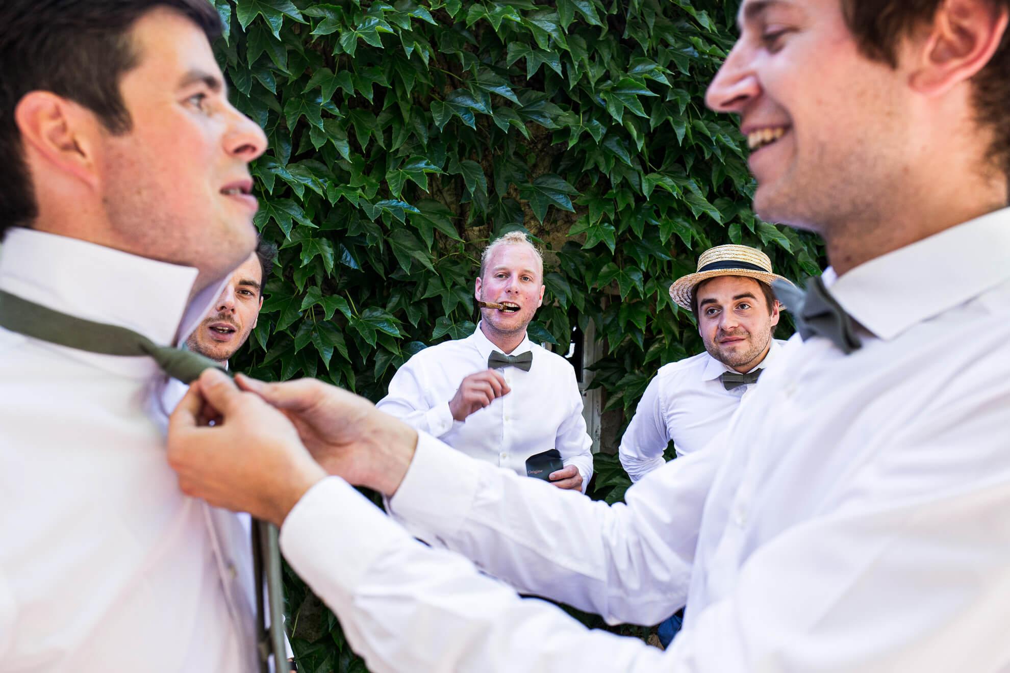 Témoins préparants le marié devant une vigne