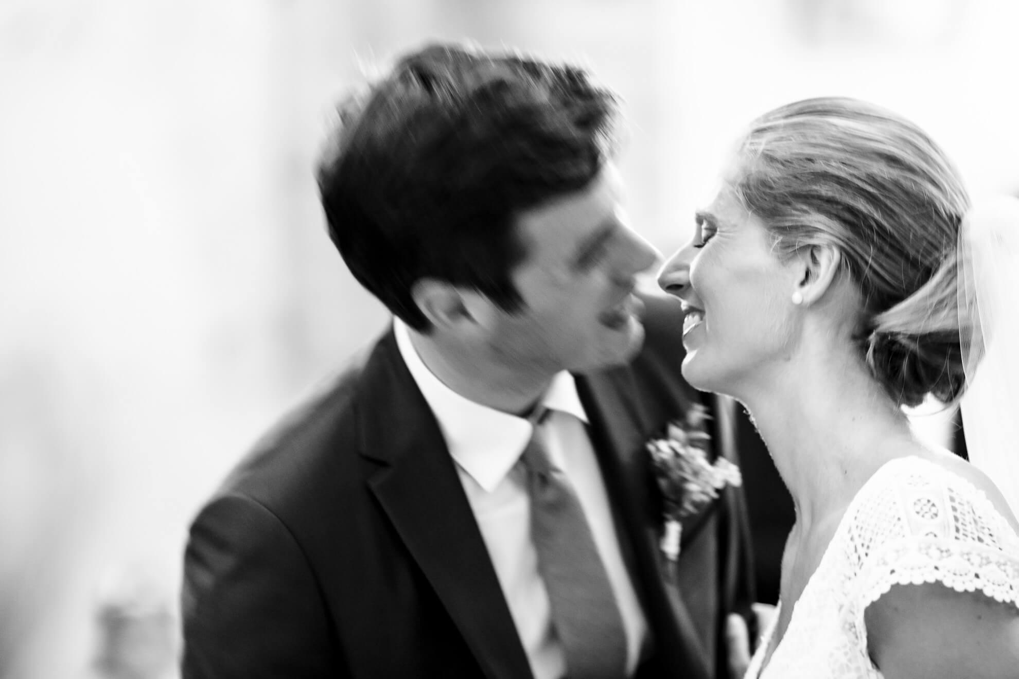 Jeune mariés sur le point de s'embrasser