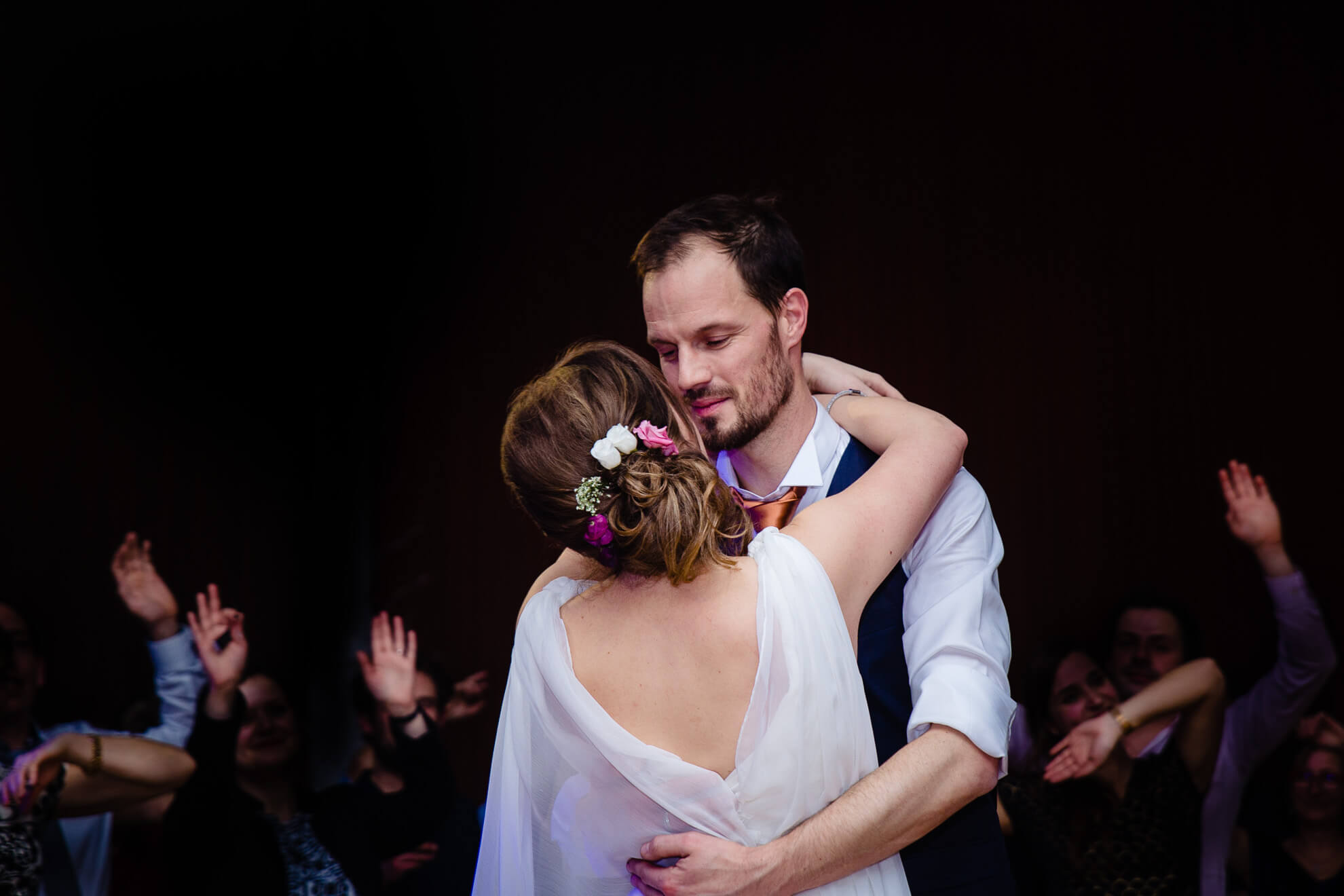 Couple de mariés et première danse