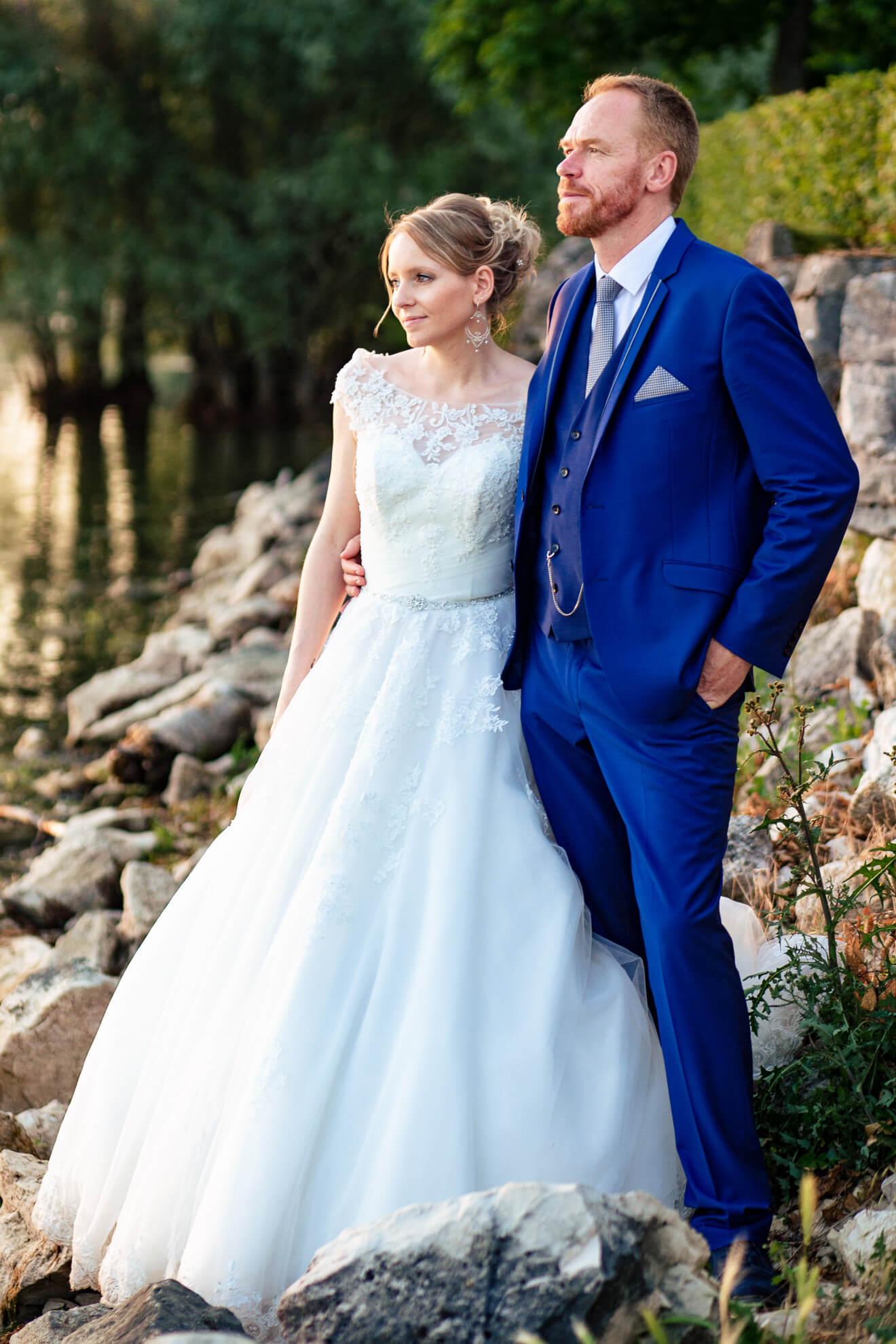 Couple posant devant un lac