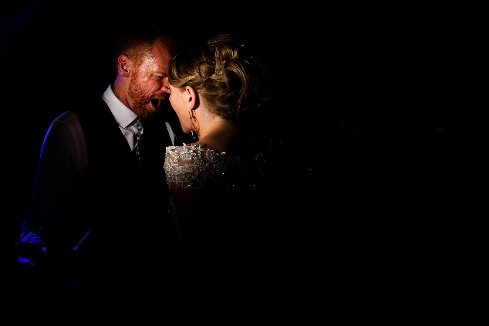 Première danse couple dans le noir