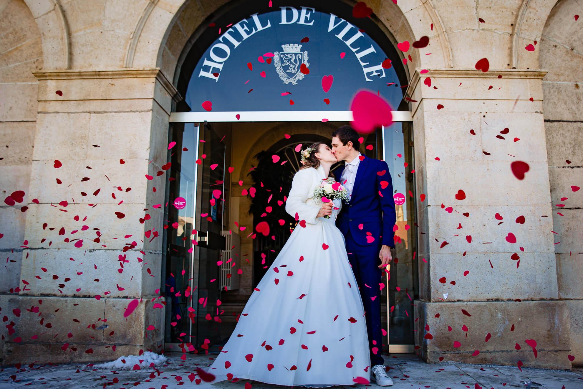 Mariés sous les confettis de coeur à la sortie de la mairie